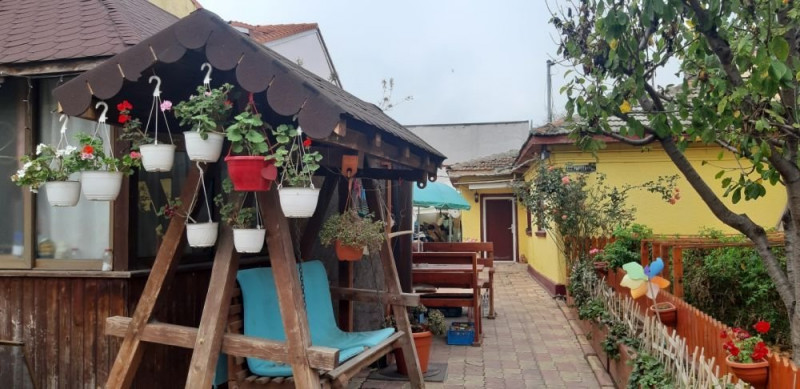 casa batraneasca, situata in zona TROCADERO